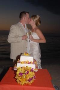 sandals_destination_wedding_cake